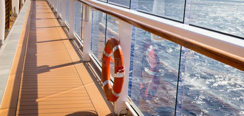 Baleeira de laranja num navio de cruzeiro com oceano em fundo com espaço de cópia fotografia de stock royalty free