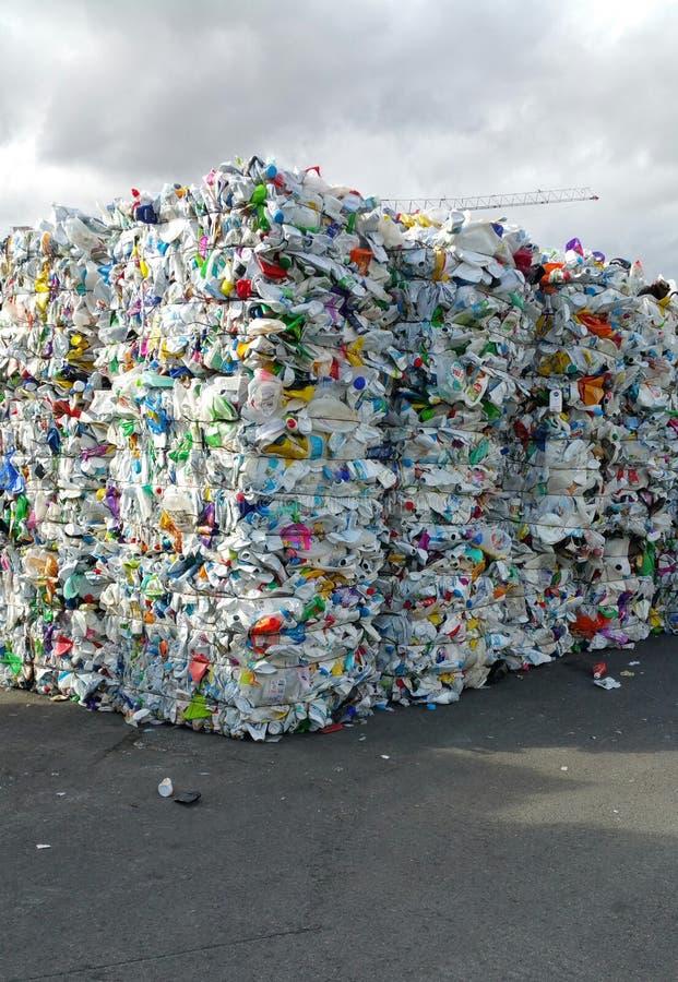 Baler av krossade plast- flaskor för återanvändning arkivfoto