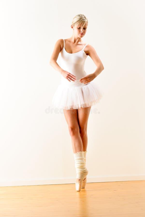 Balerina ćwiczy baletniczą pozę w studiu obraz stock