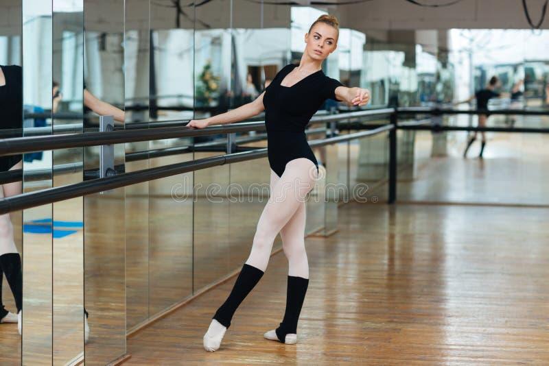 Balerina ćwiczy w balet klasie zdjęcia royalty free