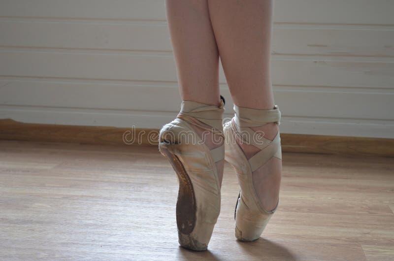 Balerina cieki w baletniczych butach - pointe, obraz stock