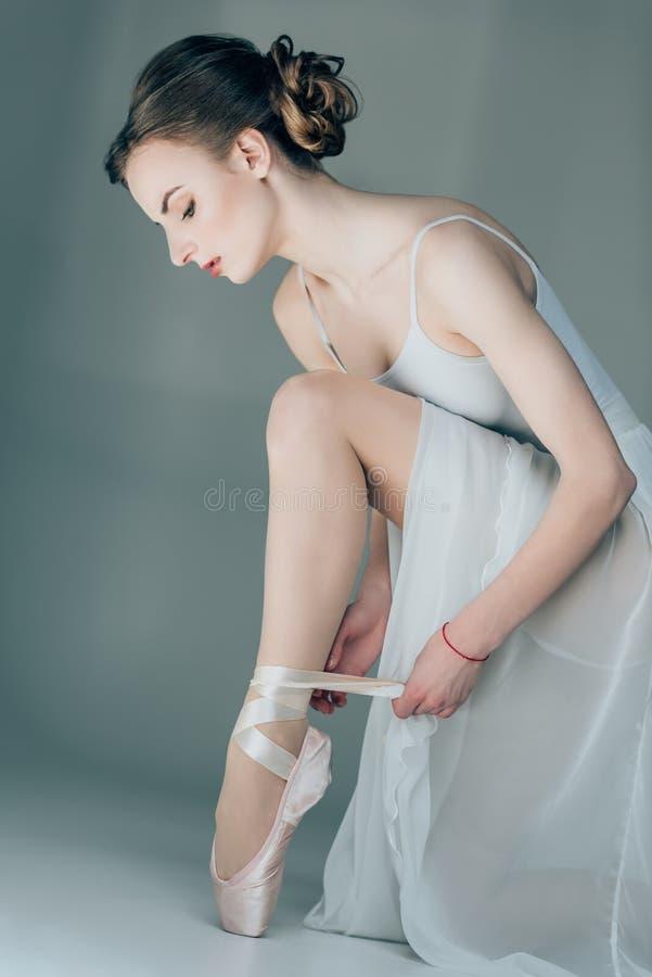 balerina jest ubranym baletniczych buty na ciekach obraz stock