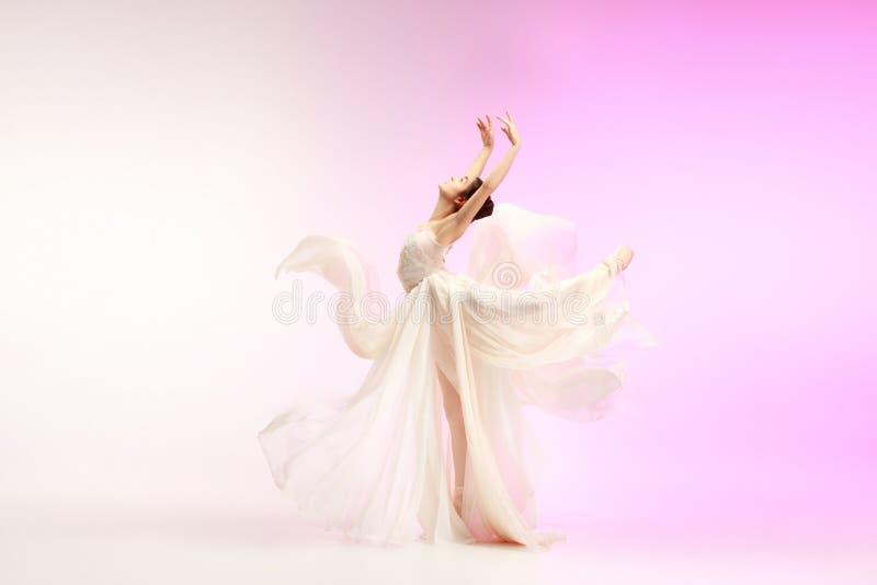 Balerina Młody pełen wdzięku żeński baletniczy tancerz tanczy nad różowym studiiem Piękno klasyczny balet obraz royalty free