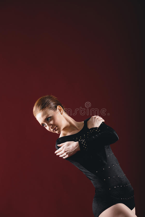 Balerina ma ćwiczenia w studiu fotografia stock