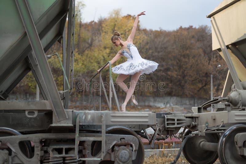 Balerina między frachtowymi furgonami obrazy royalty free
