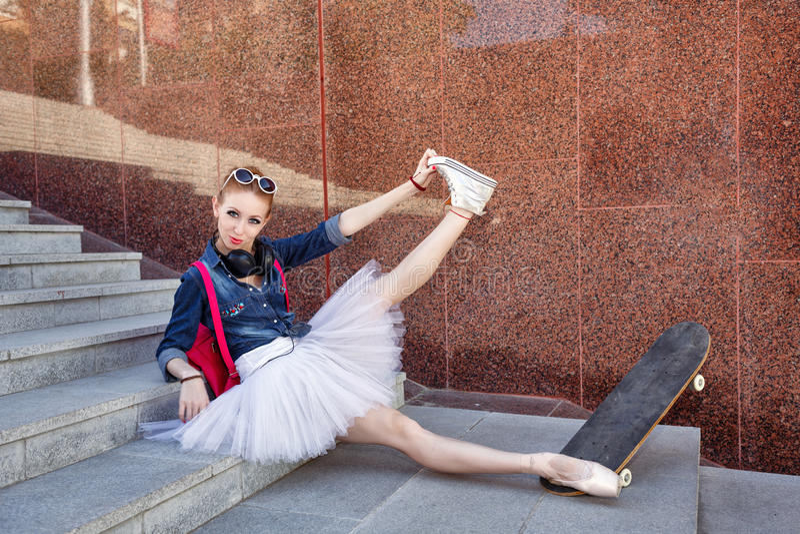Balerina modnisia obsiadanie na krokach obraz royalty free