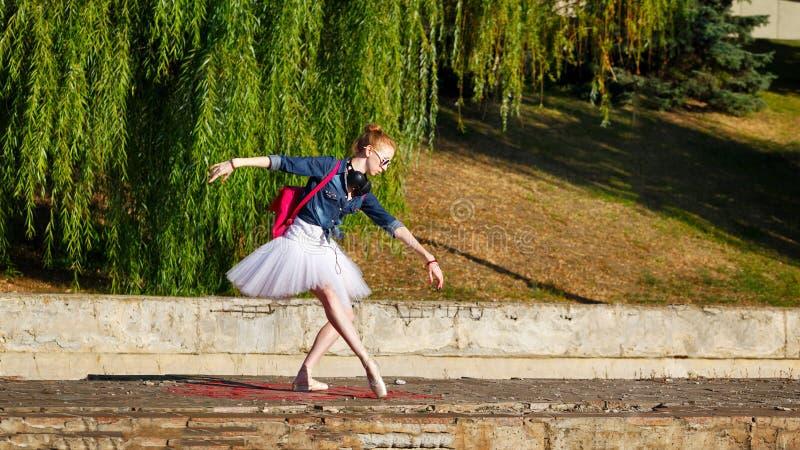 Balerina modnisia taniec na ulicie obrazy royalty free