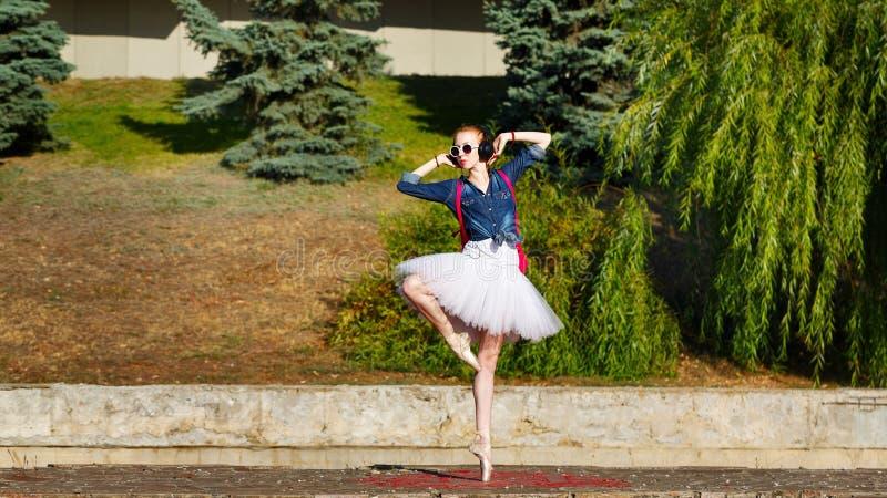 Balerina modnisia taniec na ulicie obraz stock