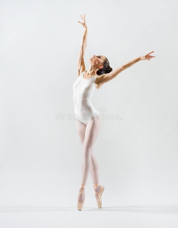 Balerina na popielatej wersi obraz royalty free