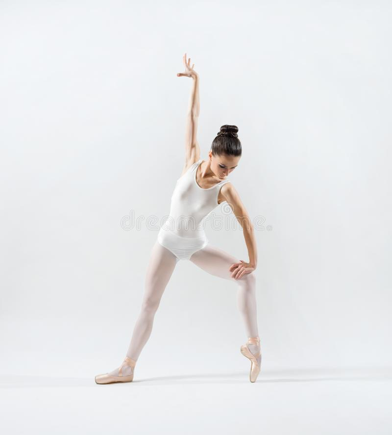 Balerina na popielatej wersi fotografia stock
