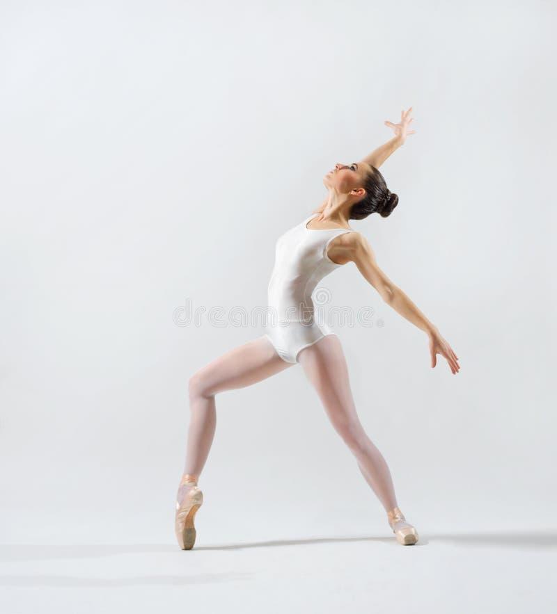 Balerina na popielatej wersi fotografia royalty free