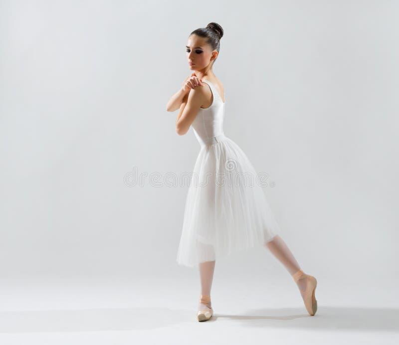 Balerina na popielatej wersi obrazy stock