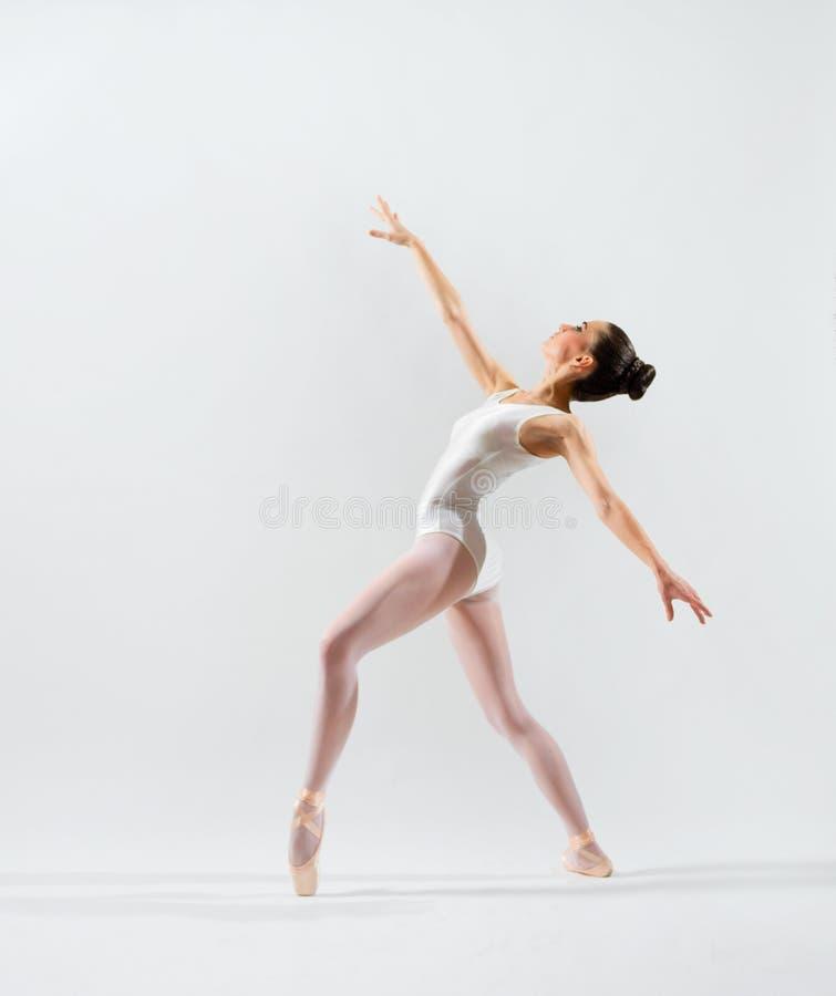Balerina na popielatej wersi zdjęcia stock
