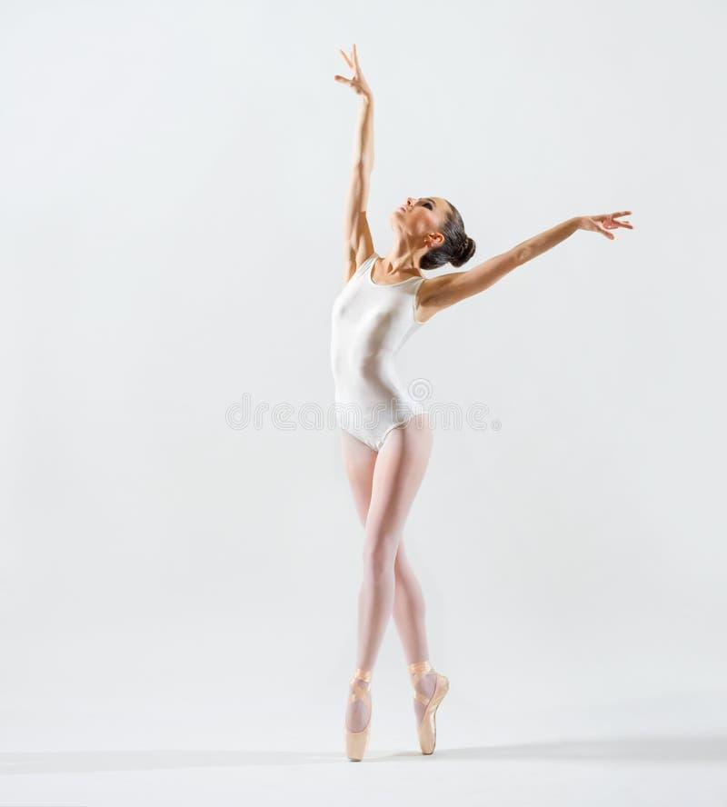 Balerina na popielatej wersi zdjęcie royalty free