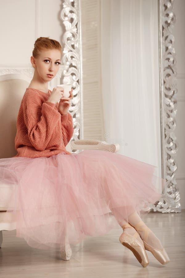 Balerina pije herbaty zdjęcia royalty free