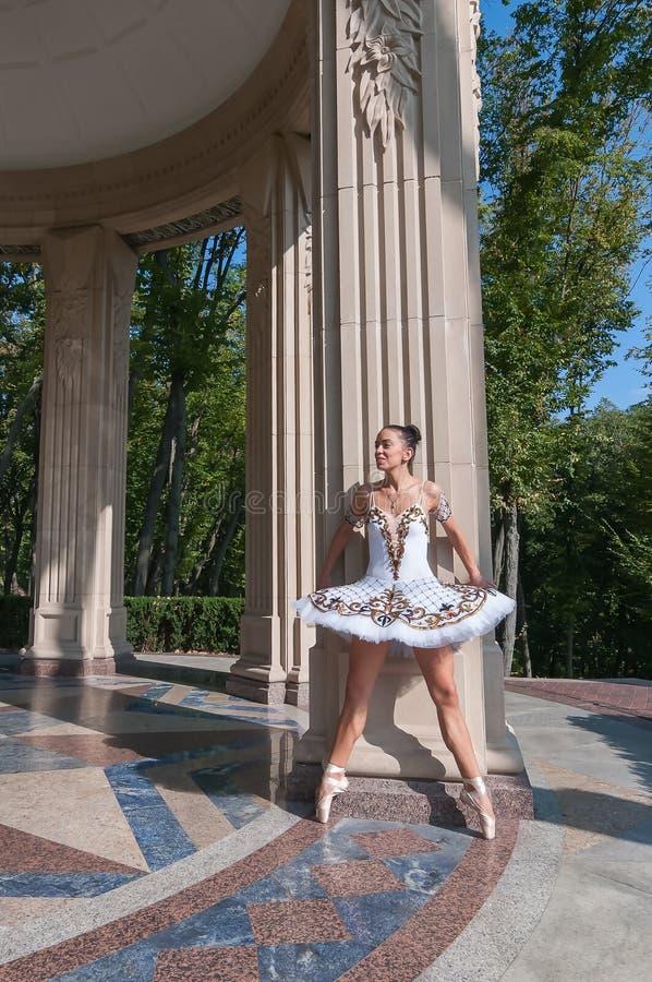 Balerina pozuje blisko kolumny, stoi w pointe zdjęcia royalty free