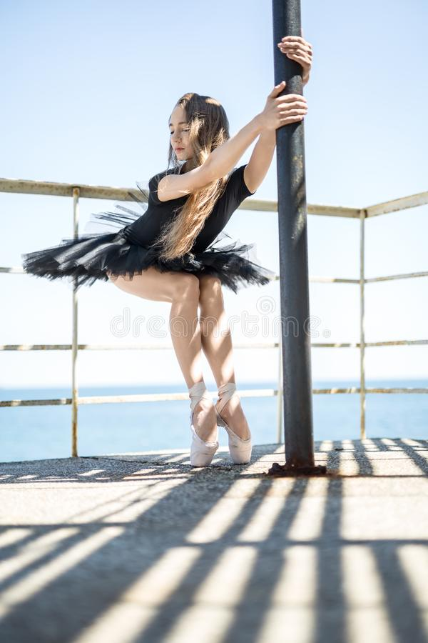 Balerina pozuje outdoors fotografia royalty free