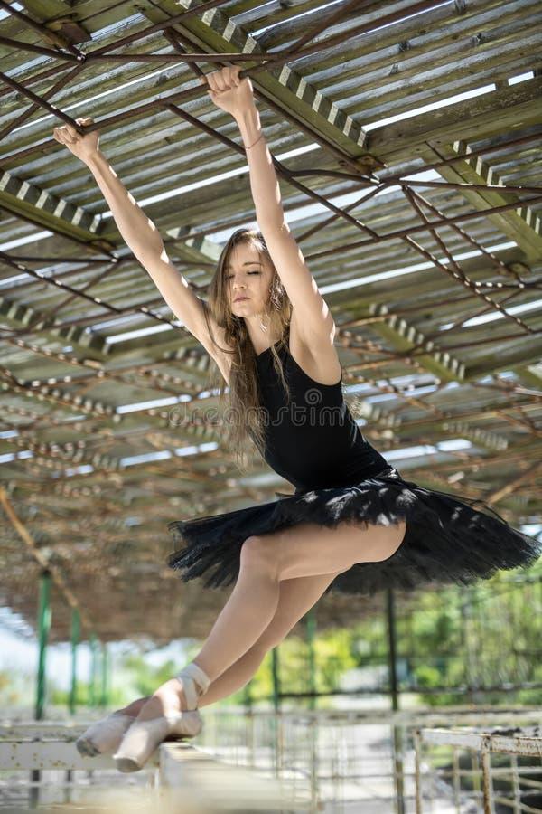Balerina pozuje outdoors fotografia stock