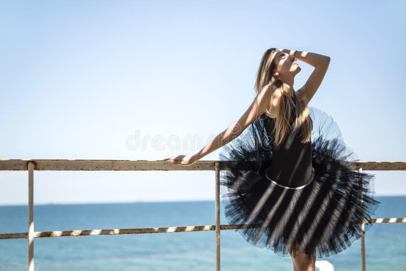 Balerina pozuje outdoors zdjęcie stock