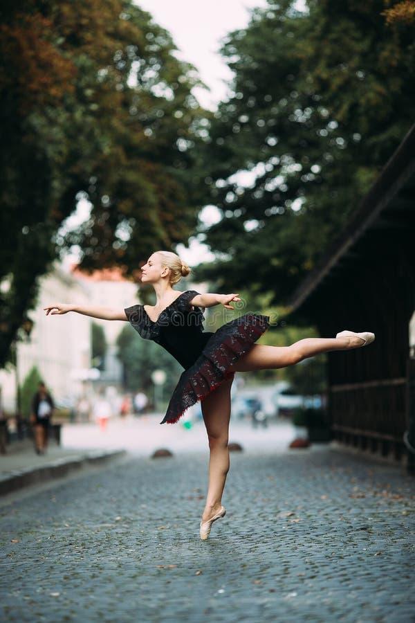 Balerina pozuje w centrum mieście obrazy stock