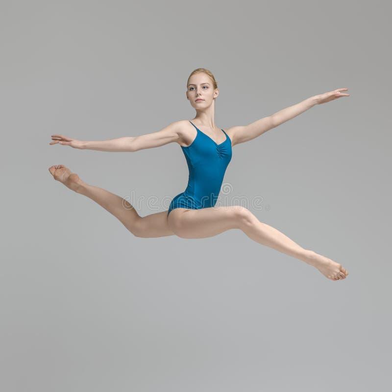 Balerina pozuje w skoku obrazy stock