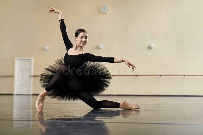 Balerina pozuje w taniec sala fotografia stock