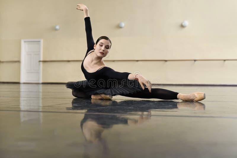 Balerina pozuje w taniec sala zdjęcie royalty free