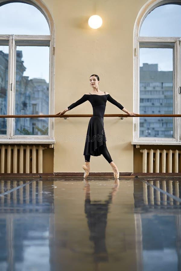 Balerina pozuje w taniec sala obraz stock
