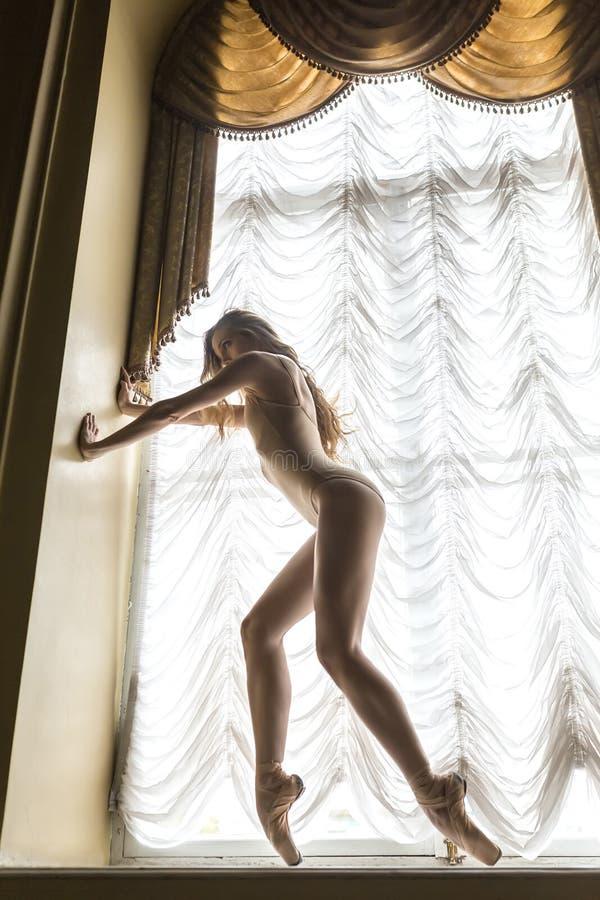 Balerina pozuje w wnętrzu fotografia stock
