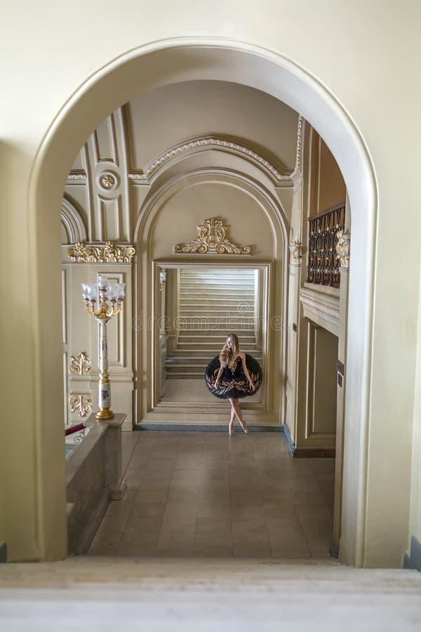 Balerina pozuje w wnętrzu obraz royalty free