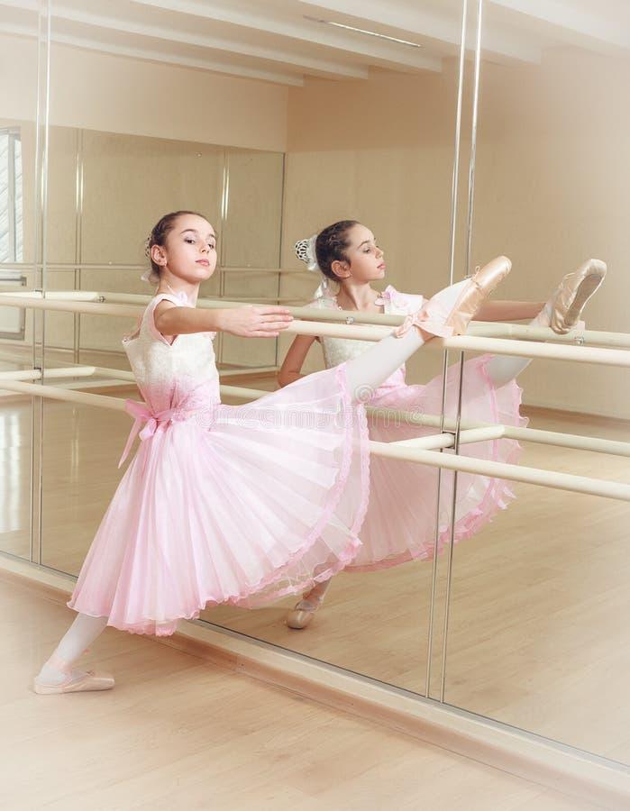 Balerina przy dancingową szkołą obraz royalty free