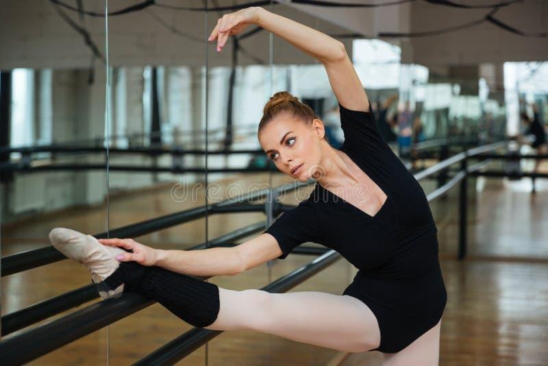 Balerina robi rozciągań ćwiczeniom fotografia royalty free