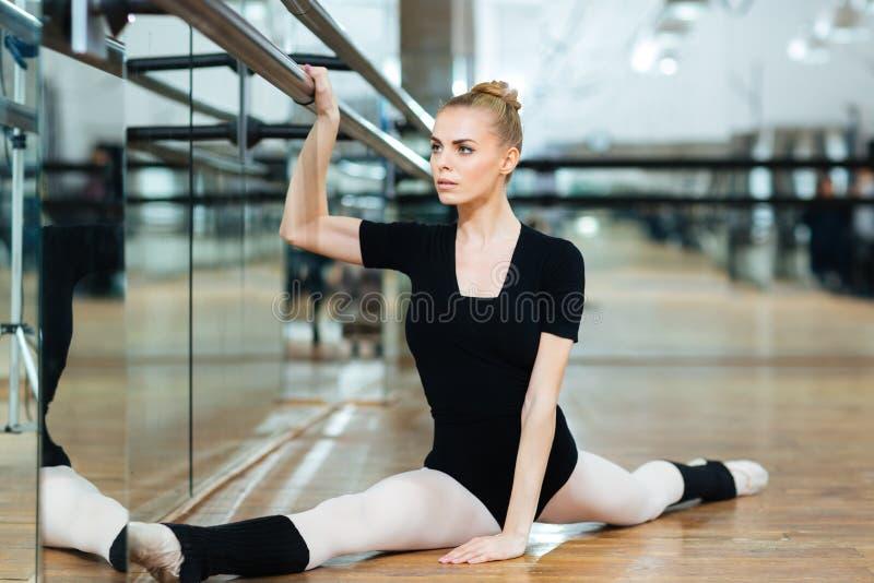 Balerina robi rozciągania ćwiczeniu zdjęcie royalty free
