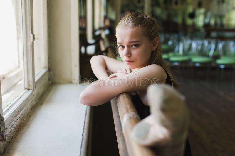 Balerina rozgrzewkowa up w balet klasie zdjęcie royalty free