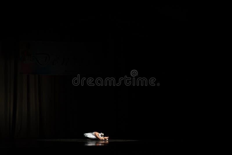 Balerina se couchant dans l'obscurité image libre de droits