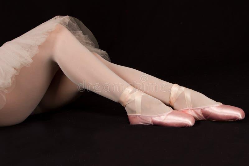 Balerina siedzi puszek na podłoga stawiać dalej kapcie przygotowywa perfor fotografia royalty free