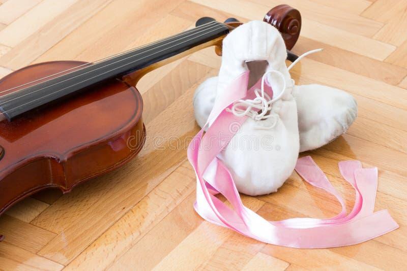 Balerina skrzypce i buty zdjęcie stock
