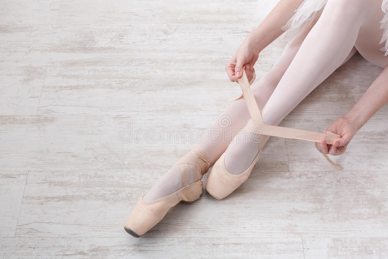 Balerina stawia dalej pointe baletniczych buty, pełen wdzięku nogi obrazy stock