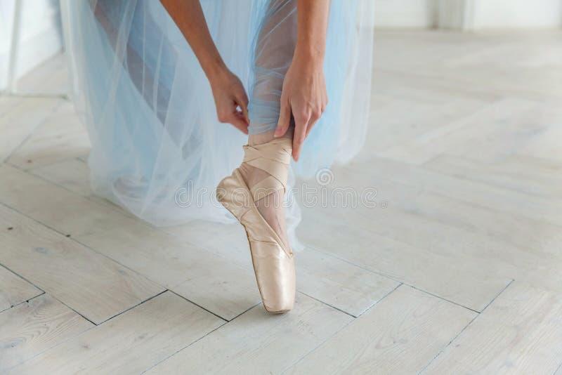 Balerina stawia pointe buty zdjęcie stock