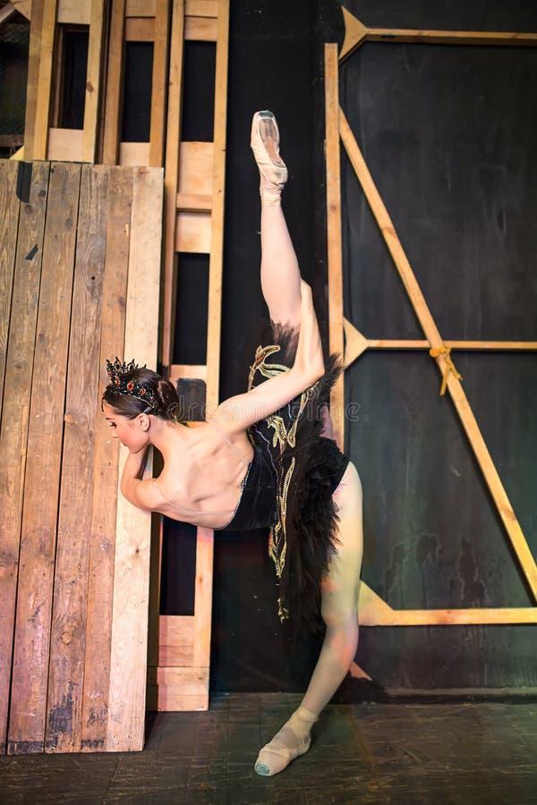 Balerina stoi rozgrzewkowy up zakulisowego przedtem zdjęcie royalty free