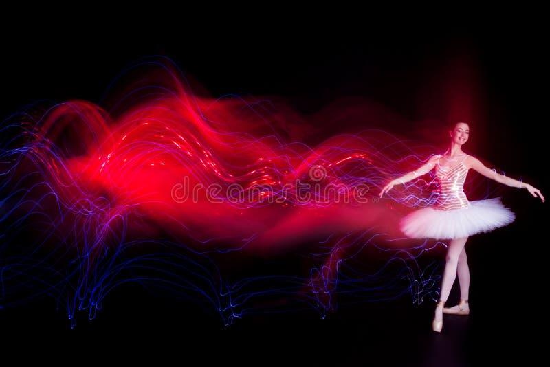 Balerina tancerz na scenie z sylwetka śladem zdjęcie royalty free