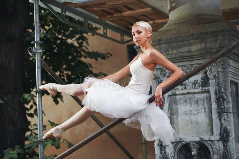 Balerina tanczy blisko budować w budowie obrazy royalty free
