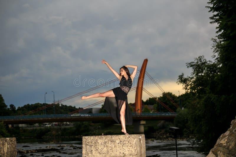 Balerina tanczy na mo?cie obraz stock
