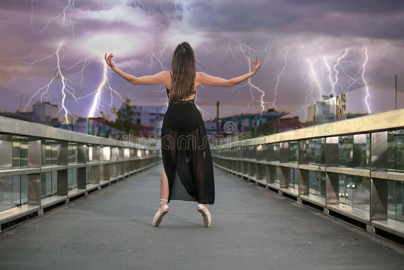 Balerina tanczy na moście fotografia royalty free