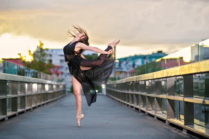 Balerina tanczy na moście obrazy stock