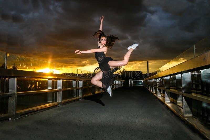 Balerina tanczy na moście zdjęcie stock