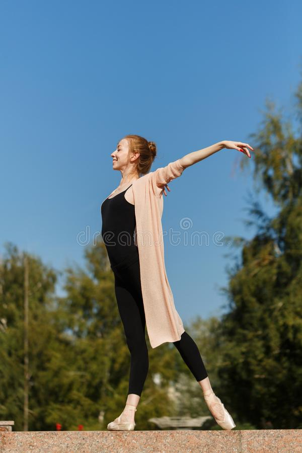 Balerina tanczy outdoors fotografia stock