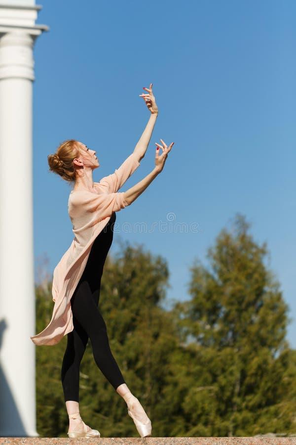 Balerina tanczy przed budynkiem zdjęcia stock