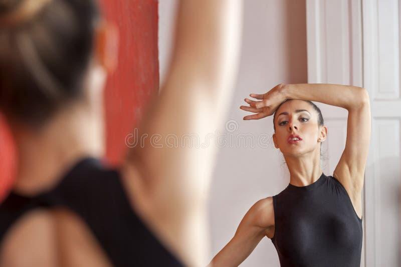 Balerina taniec Przed lustrem Przy studiiem obraz stock