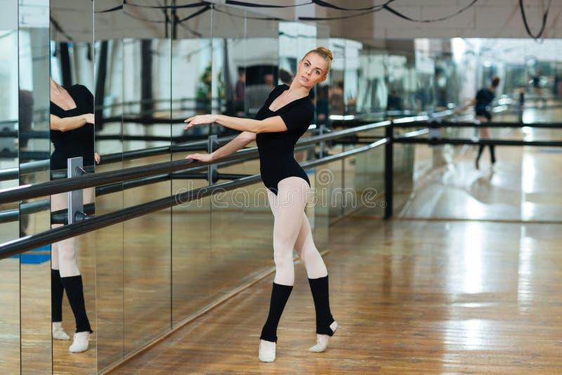 Balerina taniec w balet klasie fotografia stock